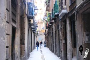 narrow street of Barri Gòtic